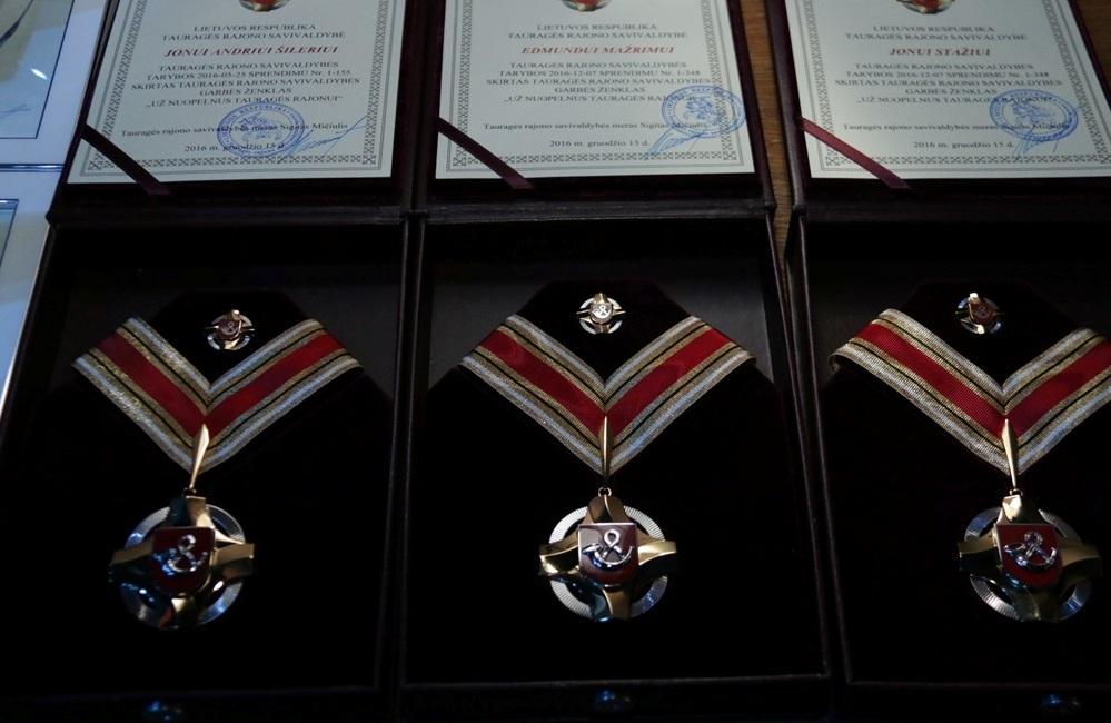 """Garbės ženklo """"Už nuopelnus Tauragės rajonui"""" apdovanojimu"""