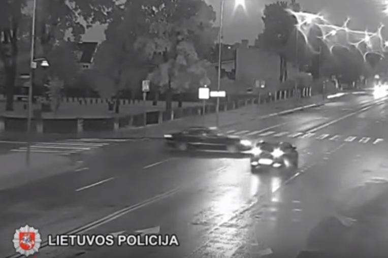 Neturintis teisės vairuoti 23 m. vairuotojas sukėlė avariją ir sužalojo pėsčiąją (video)