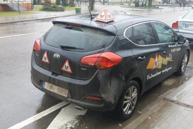 Mokomasis automobilis rodo netinkamą pavyzdį kitiems vairuotojams