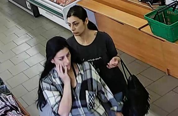 Policijos pareigūnai prašo atpažinti vagyste įtariamas moteris