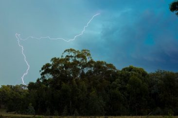 Sinoptikai įspėja dėl artimiausios paros: po 30 laipsnių karščio – žaibai ir lietus