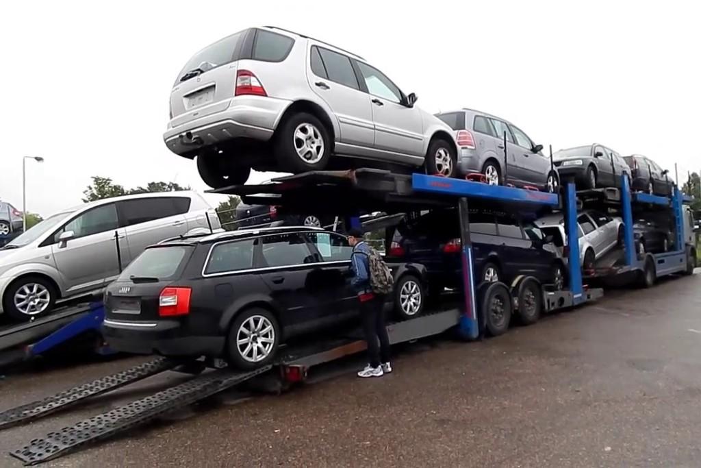 Automobilių prekeivių namuose policijos kratos