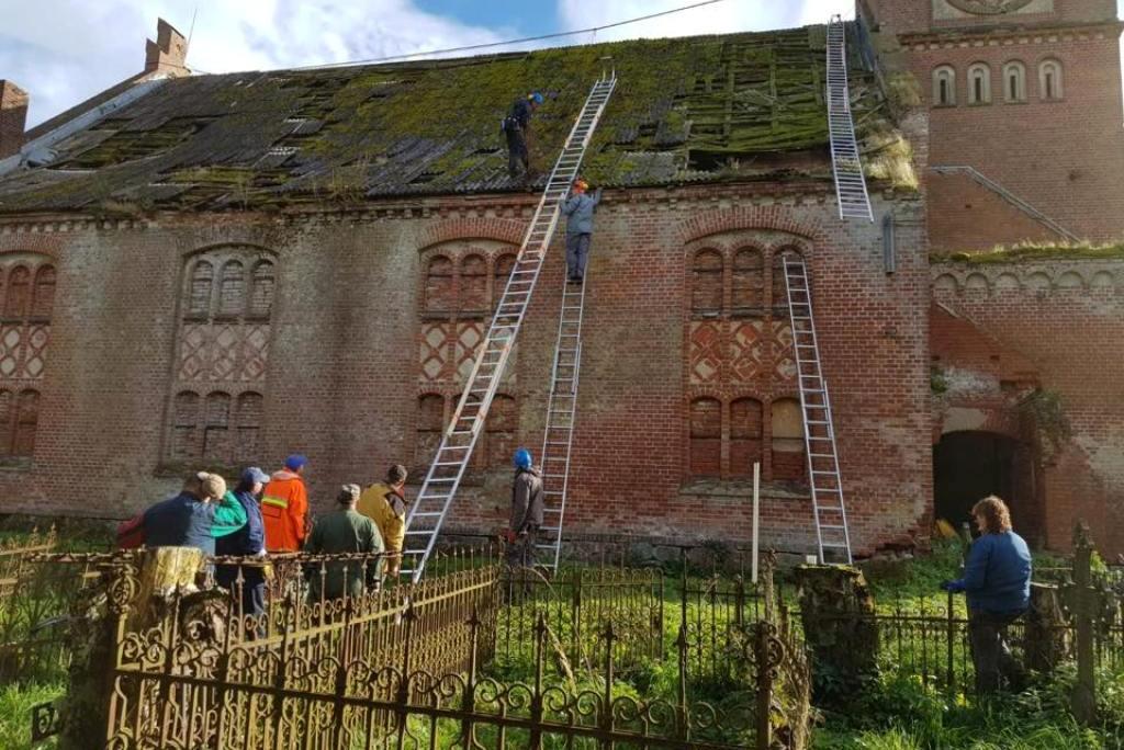 Plaškių bažnyčiai dengiamas laikinas stogas (nuotr.)