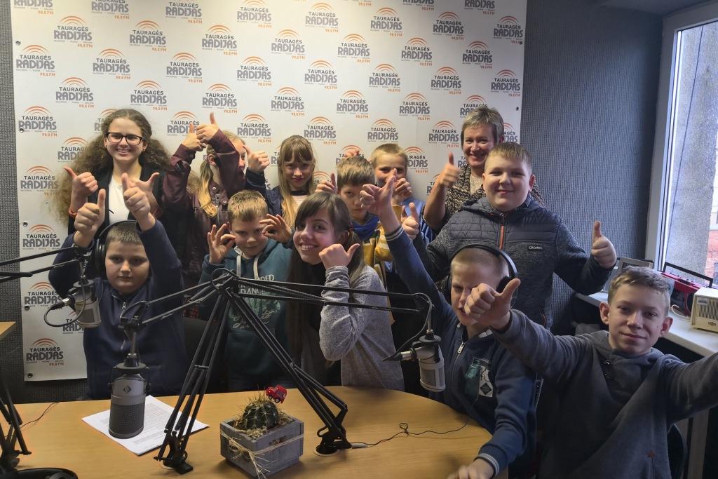 Lauksargių mokiniai apsilankydami Tauragės Radijuje atidarė Atviro Verslo savaitę
